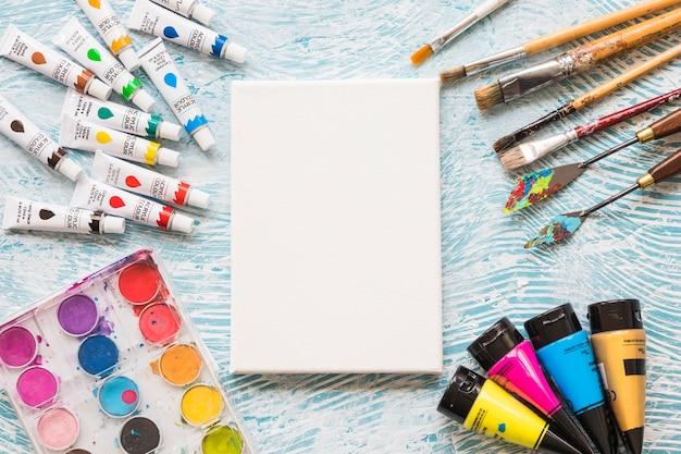 Lienzo rodeado por elementos de pintura