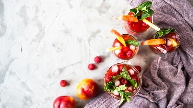 Una ligera bebida refrescante de verano con frutas y bayas - sangría