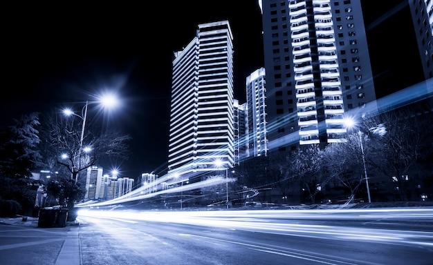 El ligero rastro del fondo de la arquitectura urbana moderna con tono azul.