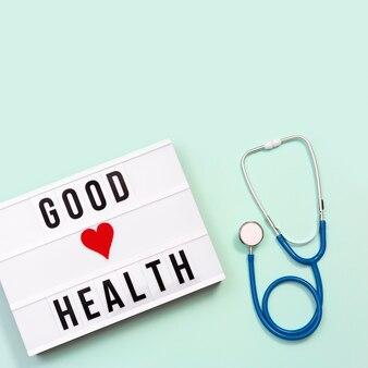 Lightbox con palabras buena salud y estetoscopio