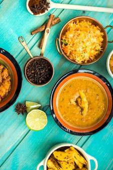 Lima y especias cerca de cuencos con platos