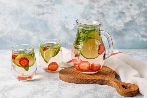 Lima fresca, agua infundida de fresa y menta, cóctel, bebida de desintoxicación, limonada. bebidas de verano concepto de salud.