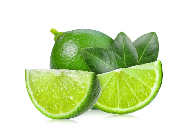 Lima con hojas sobre fondo blanco