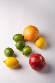 Lima, limón, pomelo y granada en blanco