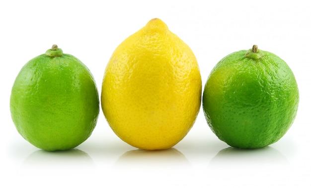 Lima madura y limón aislados sobre fondo blanco