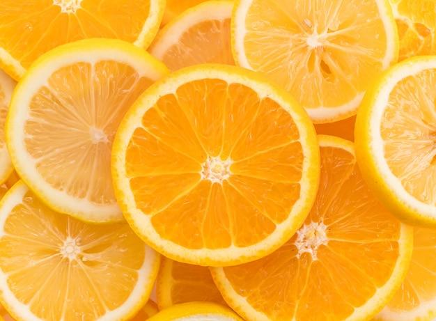 Lima, rodajas de limón y naranja