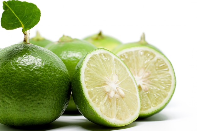 Lima verde sobre blanco para ingredientes alimenticios y concepto de cocina