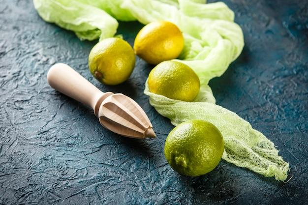 Limas frescas con exprimidor de cítricos en barra.