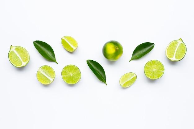 Limas frescas con hojas aisladas en blanco