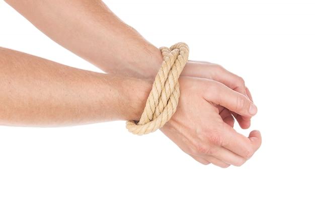 Limitación del movimiento en las manos atadas con una soga.