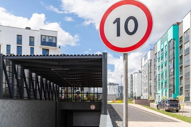 Limitación de velocidad diez km por hora en el distrito de dormitorios