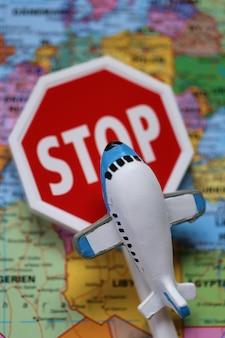 Limitaciones de tráfico de aviones. el tráfico aéreo se detuvo. viajes aéreos prohibidos.