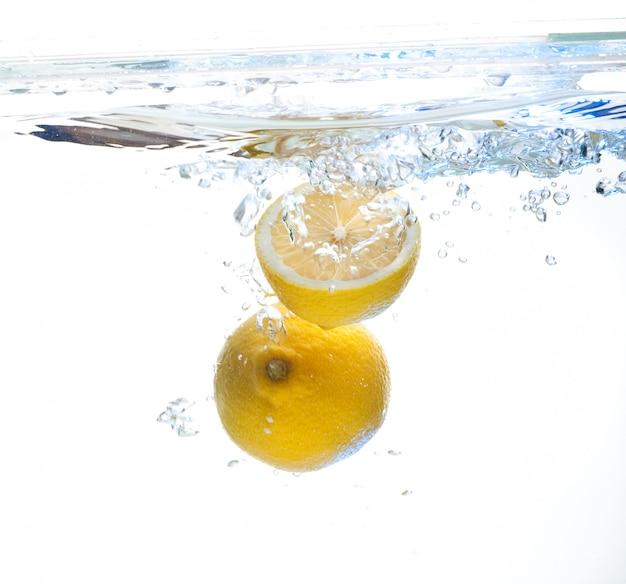 Limón en el agua