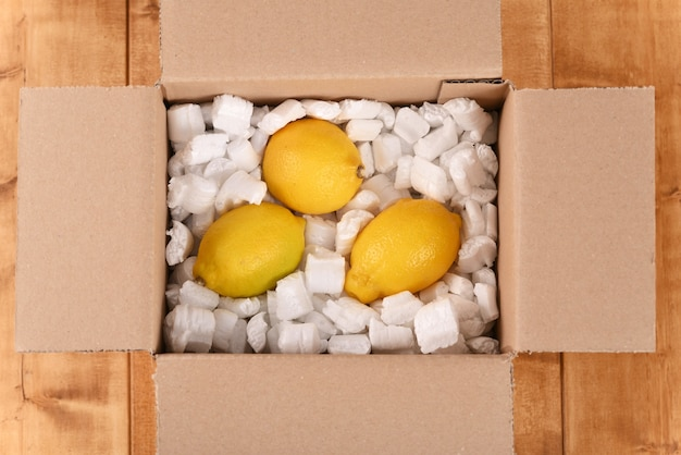 Limón en un buzón de cartón
