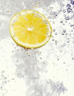 Limón caído al agua