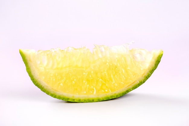 Limón y cortar media rodaja aislado sobre fondo blanco.