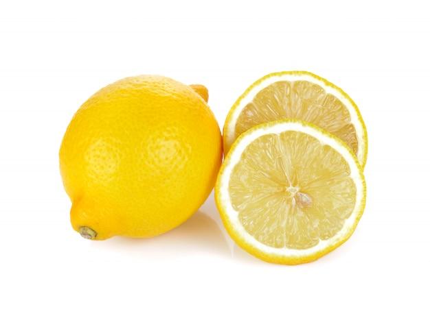 Limón fresco aislado en el fondo blanco