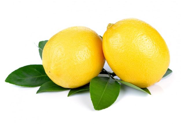Limón fresco aislado