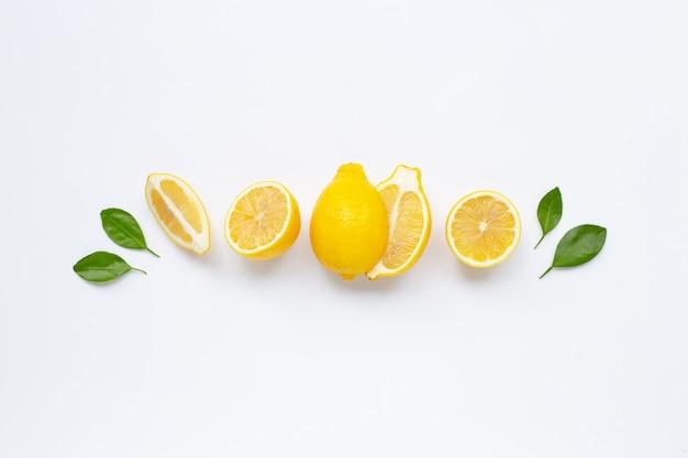 Limón fresco con hojas aisladas en blanco