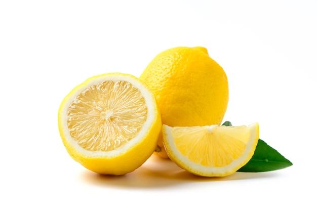 Limón fresco con hojas aisladas en la pared blanca, concepto de bebida de verano