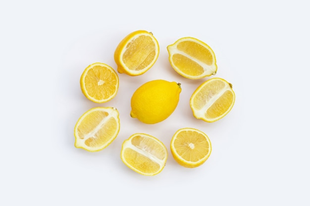 Limón fresco sobre fondo blanco. vista superior