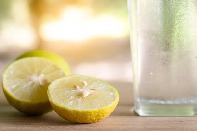 Limón fresco en un vaso con rodajas de limón. zumo de limón y soda