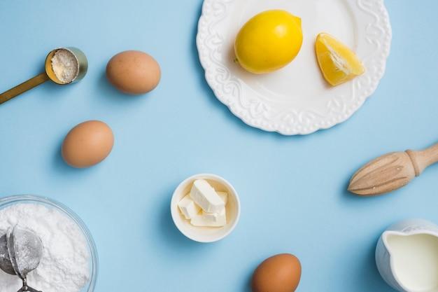 Limón y huevos en plano