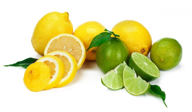 Limón y lima juntos aislado sobre fondo blanco.