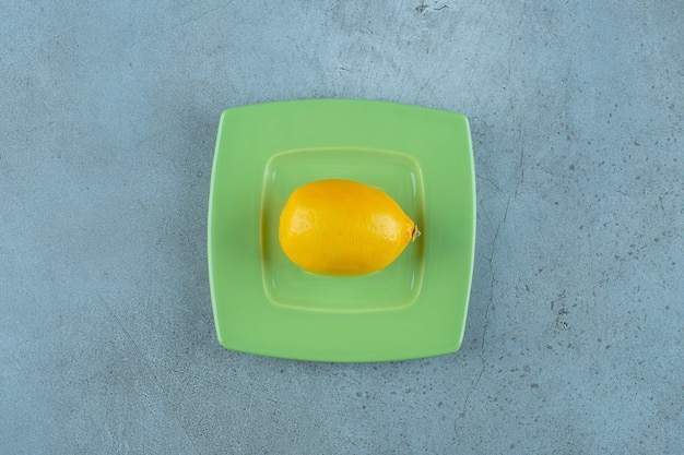 Limón maduro fresco en una montaña rusa, sobre el fondo de mármol. foto de alta calidad