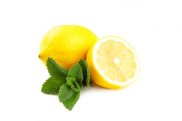 Limón y menta aislado en la pared blanca
