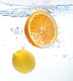 Limón y naranja en el agua