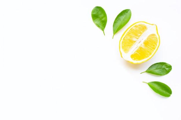 Limón y rodajas con hojas aisladas sobre fondo blanco. copia espacio