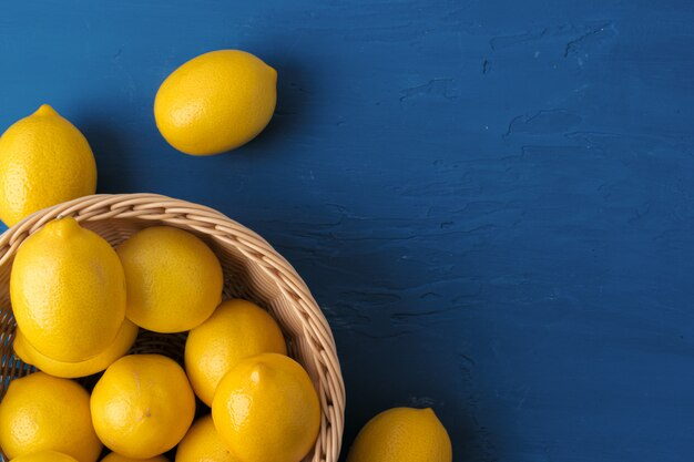 Limón sobre fondo azul clásico, vista superior