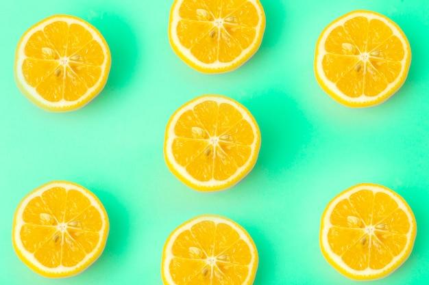 Limón sobre una superficie verde, concepto de comida mínima
