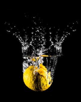 Limón sumergiéndose en el agua