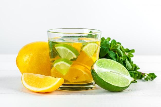 Limonada, beber con limones frescos.