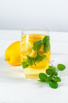 Limonada. beber con limones frescos.