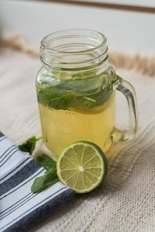 Limonada casera hecha de agua, limonada, menta y lima