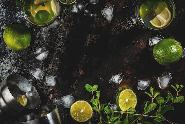 Limonada casera o cóctel mojito con lima fresca y hojas de menta, metal oxidado oscuro, marco de vista superior