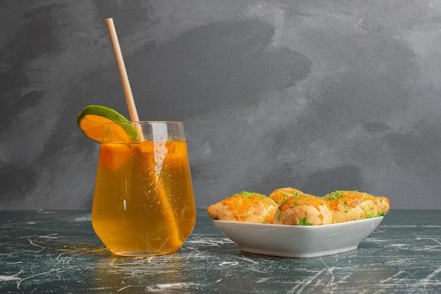 Limonada dulce con panadería freshy en mesa de mármol.