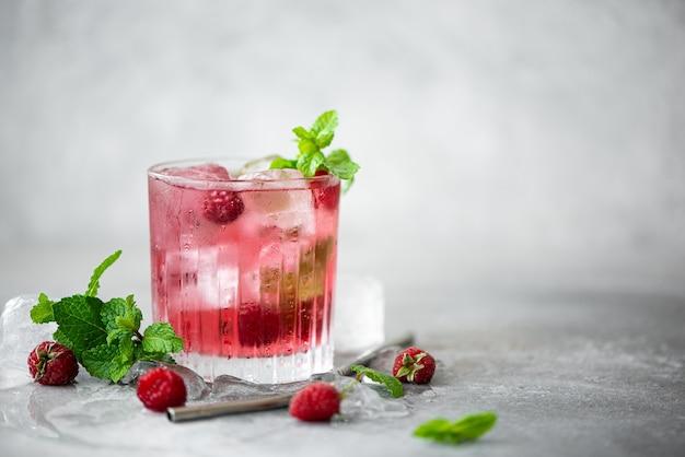 Limonada de frambuesa con menta fresca y hielo en un vaso