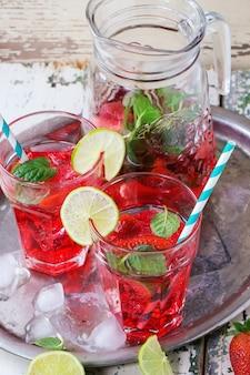 Limonada de fresa en un vaso