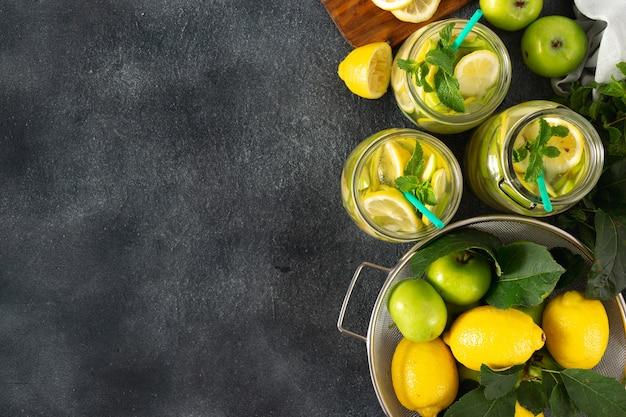 Limonada fresca sin azúcar con manzanas y limón