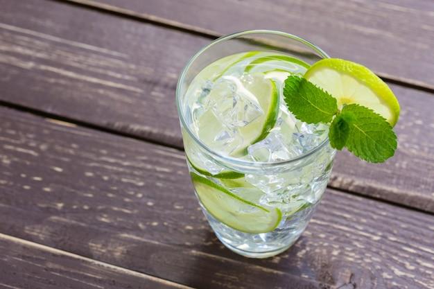 Limonada fresca con hielo