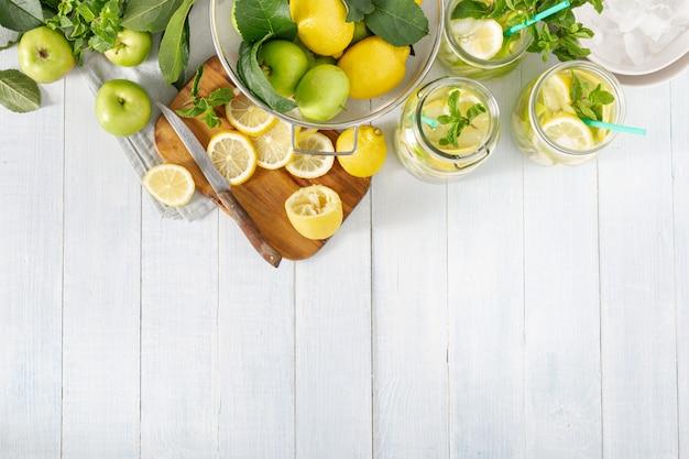 Limonada fresca con manzanas y limón vista superior