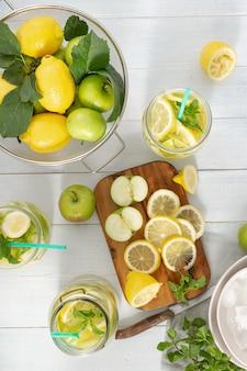 Limonada fresca con manzanas y limón.