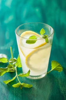 Limonada fresca con menta en vaso