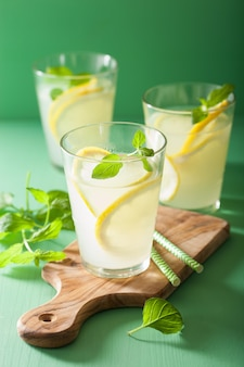 Limonada fresca con menta en vasos