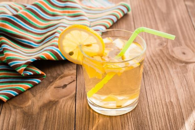 Limonada fresca en una mesa de madera