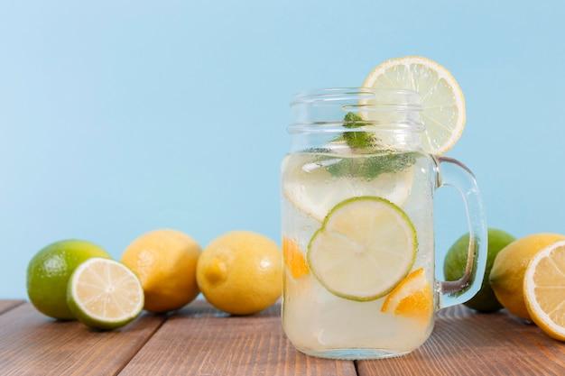Limonada fresca en la mesa